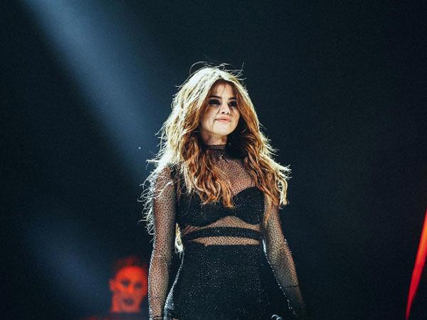 Dapat Kado Spesial Berupa Kebaya, Ini Reaksi Selena Gomez