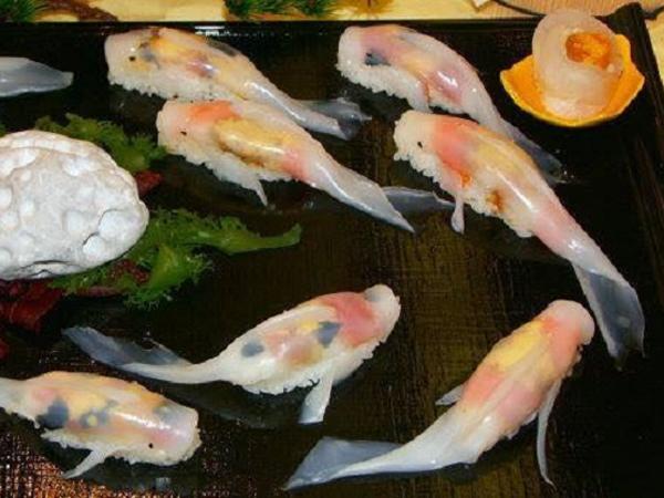 Terlihat Seperti Berenang di Piring Saji, Tengok Cantiknya Sushi Berbentuk Ikan Koi Ini