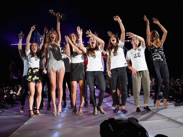 Taylor Swift Ajak Pemain Timnas Sepakbola Wanita AS Tampil di Konsernya!