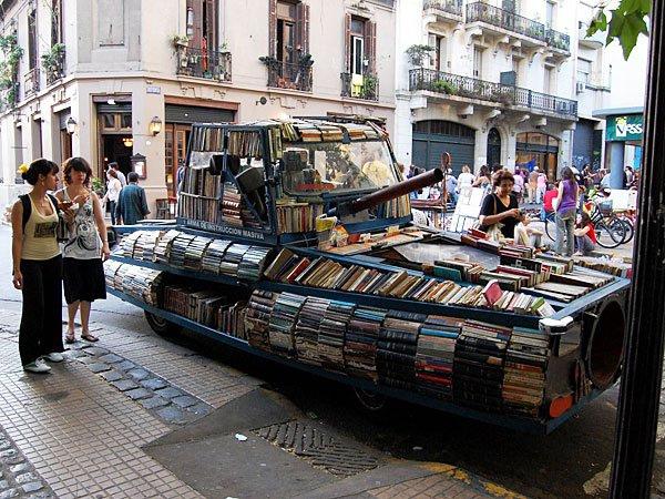 Peringati Hari Buku, Mobil Tank Ini Terbuat Dari 900 Buku