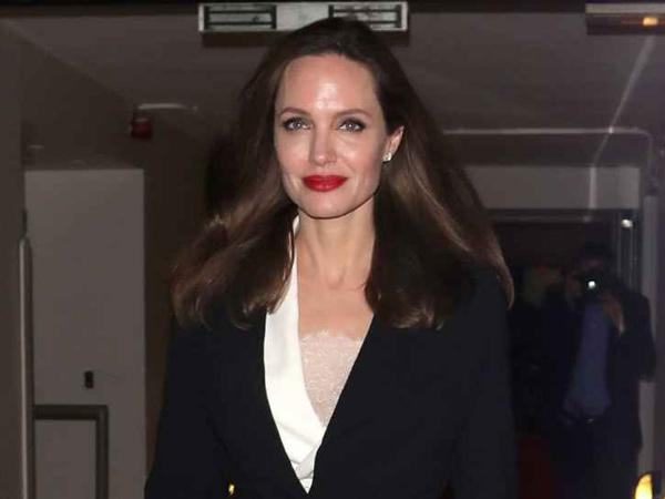 Jadi Aktris dengan Bayaran Termahal, Angelina Jolie Ajak Anak Anak Jualan Makanan Anjing