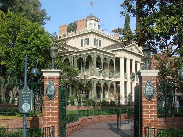 Hii, CCTV Rekam Aktivitas Sosok Diduga Hantu di 'Haunted Mansion' Disneyland
