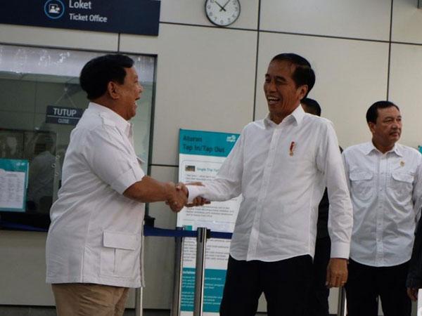 Ini Lho Orang-orang 'Tanpa Suara' Di Balik Pertemuan Viral Jokowi-Prabowo yang Viral
