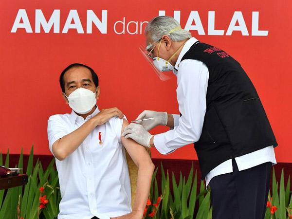 Orang Indonesia Pertama Vaksin COVID-19, Jokowi: Engga Terasa