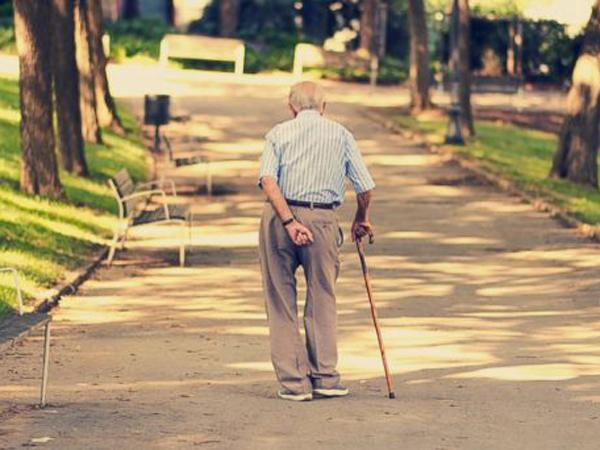 Berjalan Terlalu Lamban, Kakek 85 Tahun Ini Didenda oleh Polisi!