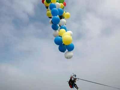 Duh, Pria Ini Nekat Terbang dengan Balon Pesta