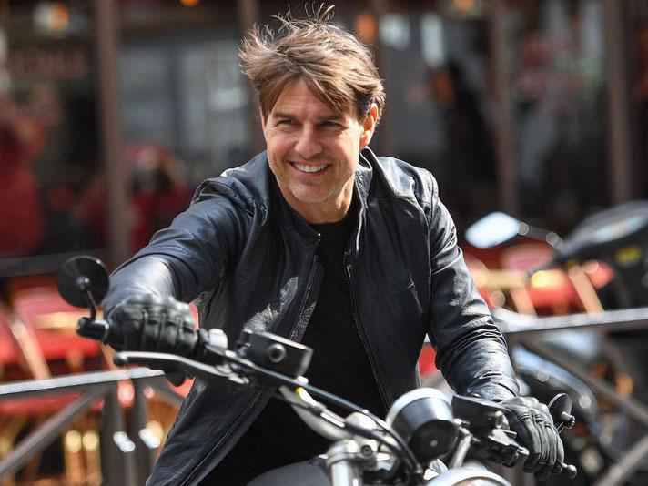 Ups! Tom Cruise Lupa Menaikkan Ritsleting Celana di Acara Premier Film