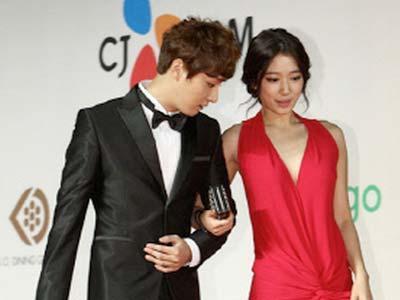 Perhatikan Kaki, Yoon Shi Yoon Disangka Lihat Dada Shin Hye