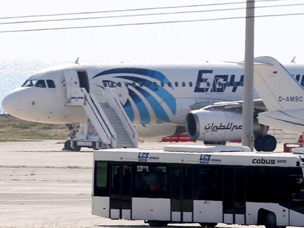 Tak Cuma Ancam Akan Lakukan Bom Bunuh Diri, Pembajak EgyptAir Juga Sandera 10 Penumpang!