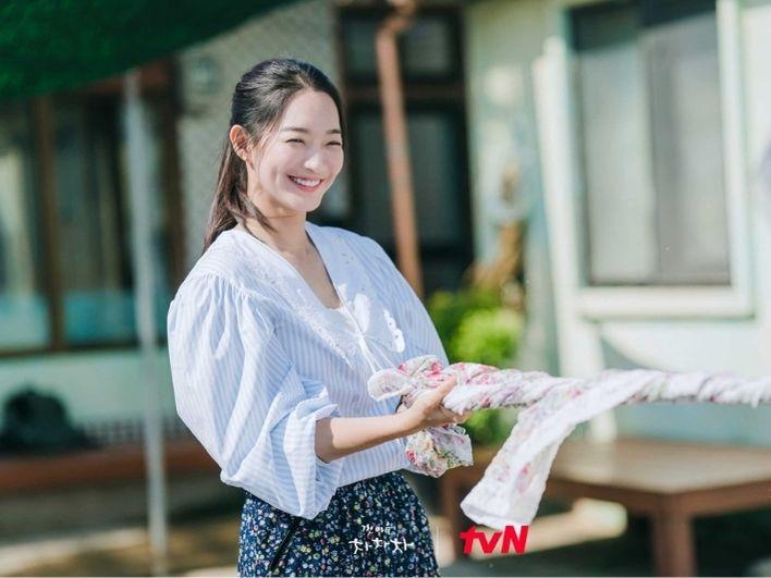 Harga Outfit Shin Min Ah Adegan Cuci Baju di 'HCCC' Sampai Rp 284 Juta