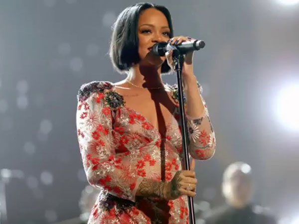 Terlambat Tampil 30 Menit, Rihanna Nangis di Atas Panggung!