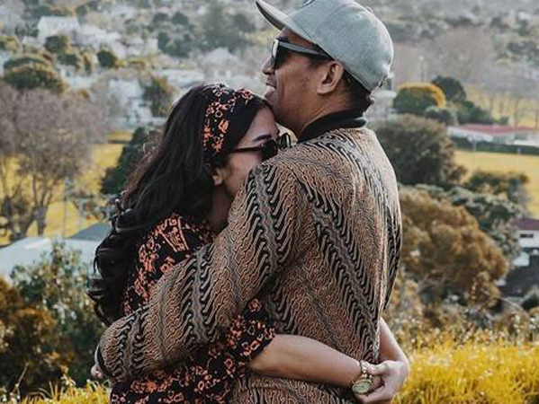 Mutia Ayu Pose Pegang Perut, Glenn Fredly Beri Kode Benarkan Istri Berbadan Dua