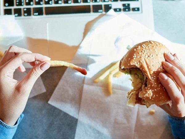 Alasan Mengapa Makanan Sering Dijadikan Pelampiasan Saat Stres