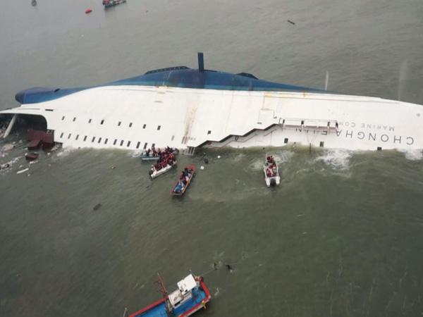 Pemerintah Korea Resmi Nyatakan akan 'Selamatkan' Kapal Feri Sewol yang Tenggelam