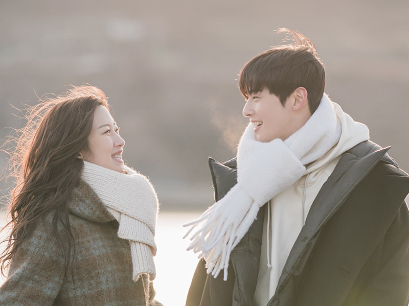 Serasinya Moon Ga Young dan Cha Eunwoo Kencan Romantis di Pantai