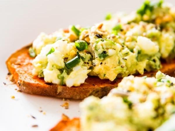 Rasa Unik, Lezat dan Sehat Berpadu dalam Menu Salad Buah Alpukat-Telur!