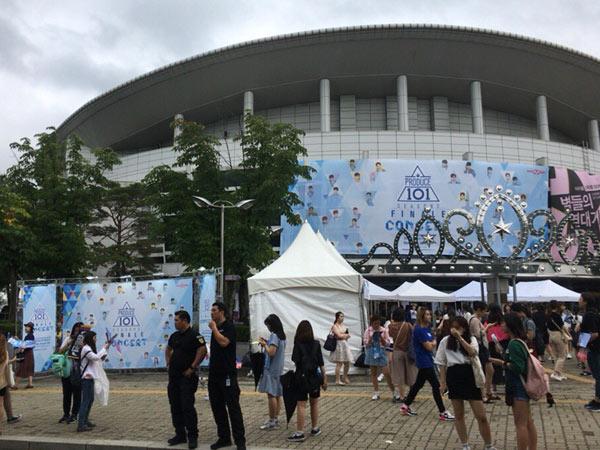 Kejadian Mengejutkan di Antara Penonton Konser 'Produce 101: Season 2' Bikin Heboh