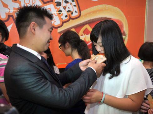 Pria Dari Cina ini Lamar Kekasihnya dengan 1001 Hot Dog!