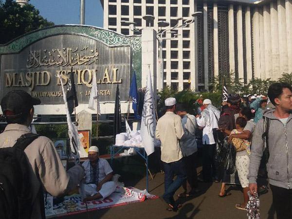 Massa Demo yang Dihadiri Ustadz Ternama Telah berkumpul di Masjid Istiqlal