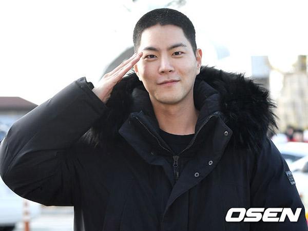 Hong Jong Hyun Resmi Masuk Wajib Militer, Ganteng Berambut Plontos