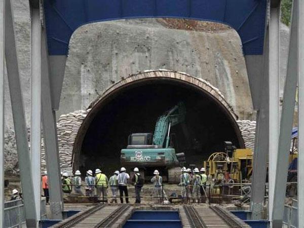 Penampakan Menakjubkan Terowongan Kereta Api Membelah Gunung yang Diam-diam Dikerjakan Pemerintah