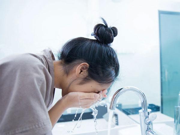 Hindari Kesalahan Umum dalam Mencuci Muka Seperti Ini