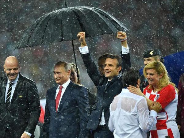 Adegan Presiden Putin Dipayungi Sementara Presiden Perancis-Kroasia Kehujanan di Final Piala Dunia