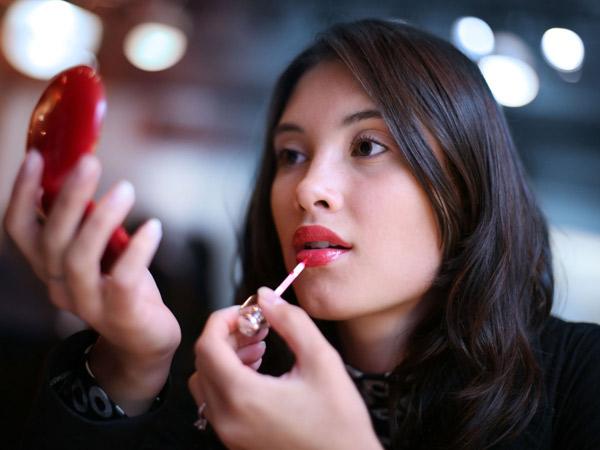 Cukup 5 Menit, Kamu Bisa Tampil Cantik dengan Trik Makeup Ini