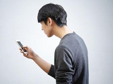 Hati-hati, Keseringan Pegang Ponsel Hanya Dengan Satu Tangan Beri Dampak Berbahaya