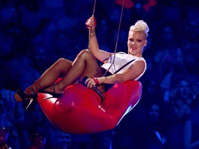 Pink Hentikan Konser Demi Tenangkan Anak Kecil yang Tengah Menangis