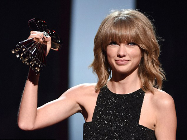 Ekspresi 'Gila' Taylor Swift Saat Lirik Lagu 'Blank Space' Dapat Penghargaan