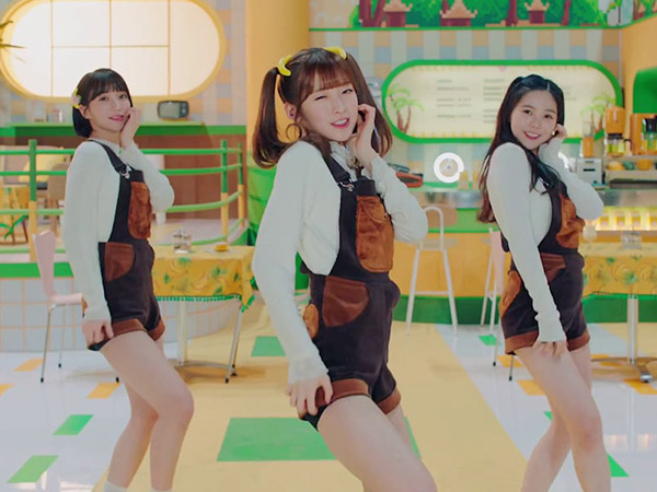 Sub Unit Oh My Girl Banhana Jadi Pemburu Pisang Imut di MV 'Banana Allergy Monkey'