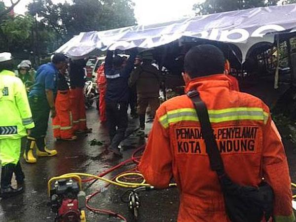 Hujan Es di Bandung, Baliho Roboh Setinggi 15 Meter Timpa Mobil Satu Keluarga