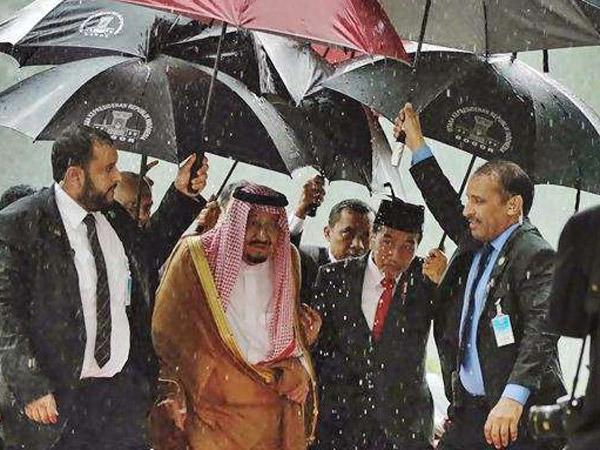 Padahal Sudah Dipayungi, Jokowi Kecewa dengan Investasi Raja Salman di Indonesia?