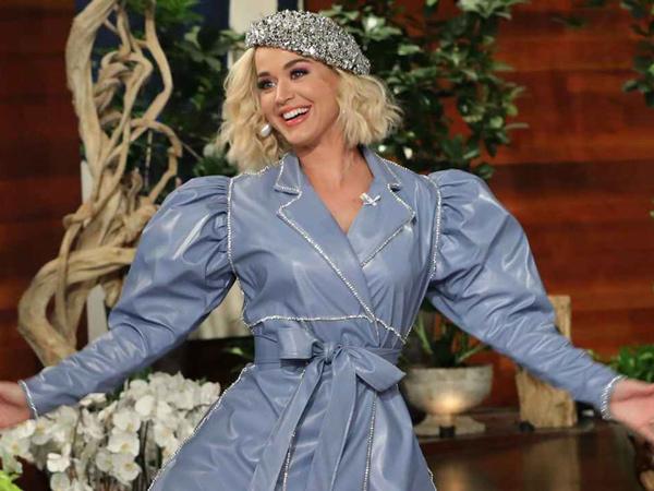 Katy Perry Pakai Topi Rancangan Rinaldy Yunardi di Ellen DeGeneres Show