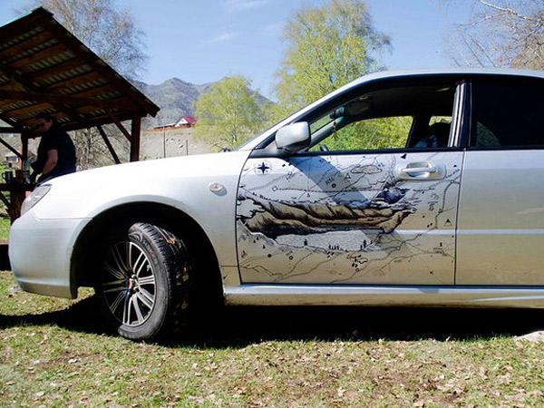 Siasati Body 'Cacat', Pria Ini Justru Buat Lukisan Indah di Pintu Mobilnya