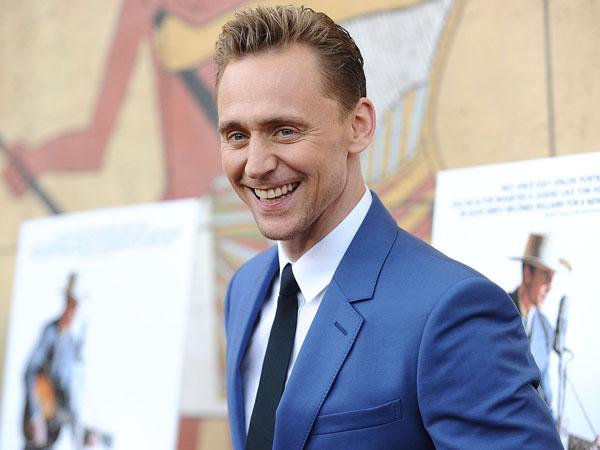 Buktikan Cintanya Pada Taylor Swift, Tom Hiddleston Rela Pakai Kaus Ini
