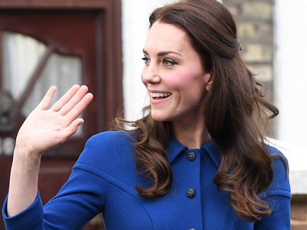 Serba Biru, Stunningnya Penampilan Publik Pertama Kate Middleton di Tahun 2017