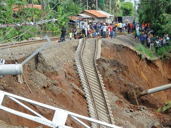 Ada Longsor dan Pohon Tumbang, Perjalanan Kereta Menuju Bogor Dibatalkan