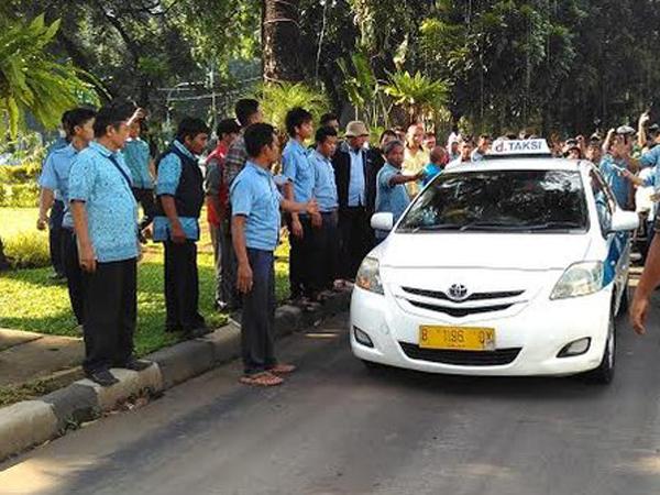 Bikin Macet, Ratusan Sopir Taksi Demo Minta Uber dan GrabCar Diusir