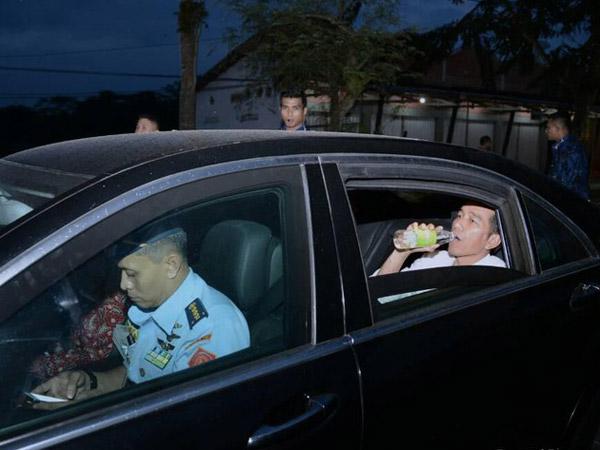 Momen Manis Jokowi Buka Puasa 'Seadanya' Bareng Paspampres di Jalan