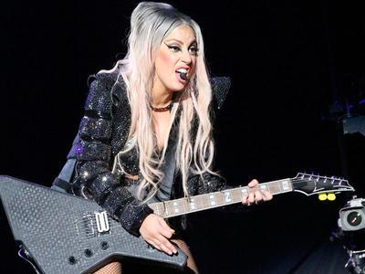 Duh, Penari Latar Hantam Besi Ke Lady Gaga
