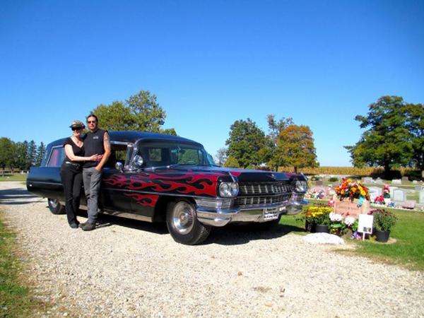 Hii.. Pasangan Ini Hobi Koleksi Mobil Pembawa Jenazah!