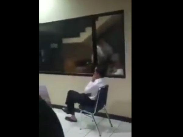 Viral! Video Jokowi Tonton Pertandingan Indonesia vs UEA di Pos Polisi