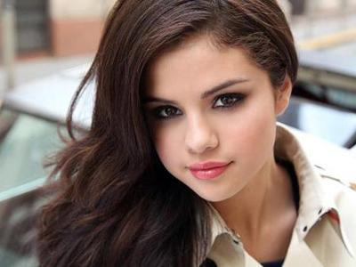 Selena Gomez Tertangkap Kamera Membaca Buku Pra-Nikah!
