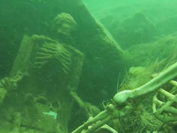 Hiii, Ada Dua Kerangka Manusia Sedang 'Pesta Minum Teh' di Dasar Sungai Ini!