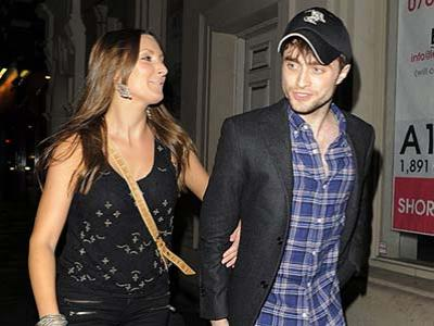 Daniel Radcliffe Mesra dengan Wanita Berambut Pirang