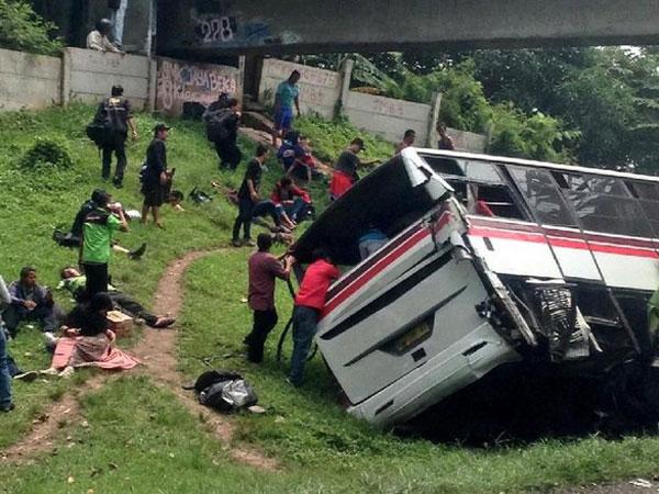 Momen Kecelakaan Hebat Bus VS Truk di Tol Jakarta-Cikampek