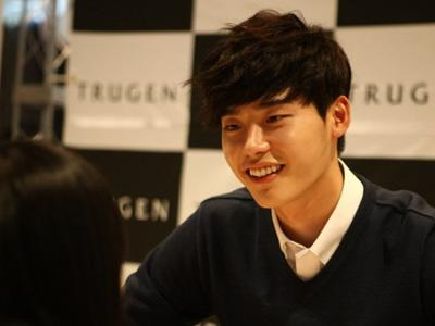 Lee Jong Suk Tunjukkan Kasih Sayangnya pada Fans Saat Sesi Tanda Tangan!