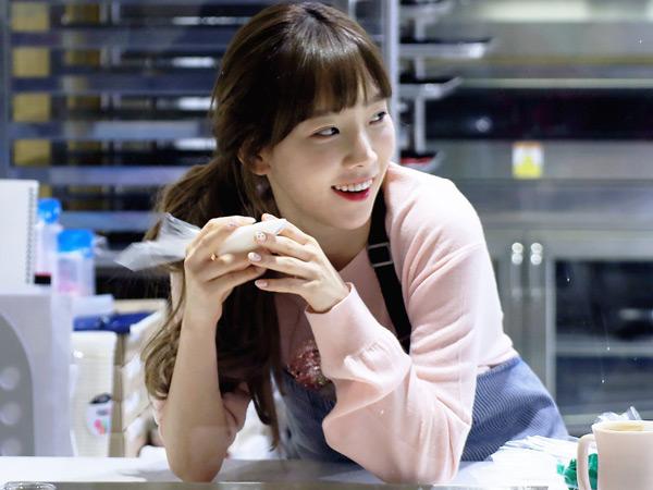 Maniskan Suasana Natal, Taeyeon SNSD Jual Kue Buatannya Untuk Acara Amal